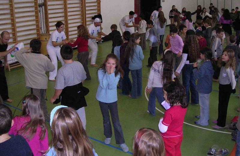 Gruppo Capoeira esercizio con alunni OK