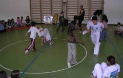 Gruppo Capoeira esercizio con alunni in roda OK